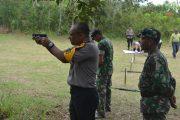 TINGKATKAN SOLIDARITAS, PRAJURIT TNI DAN POLRI MELAWI LATIHAN NEMBAK BERSAMA