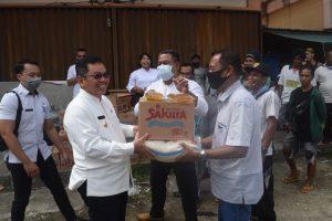 Pemkab Sintang Memberikan Bantuan Sembako Kepada  38  Pekerja  Tukang   Pikul Terminal Sungai Durian, Pasca Pandemi Covid-19