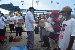 Bupati Sintang Jarot Winarno  Salurkan Bantuan Sembako Kepada Para Pekerja Tambang  Speed  Dermaga  Sungai  Durian