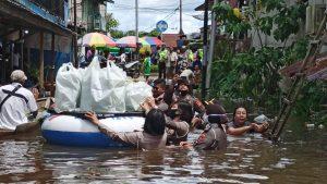Warga Terdampak Banjir, Polres Melawi Buat Dapur Umum Dimasak Oleh Bhayangkari dan Polwan