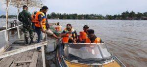 Dansatgas Gunakan pelampung Sebrangi Sungai Ketungau