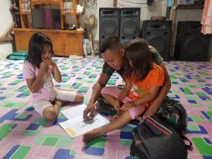 Serda Habel Bantu Anak Membaca dilokasi TMMD