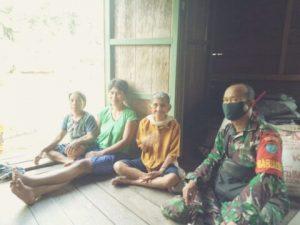 Sosialisasikan TMMD, Babinsa Sambangi Rumah Warga