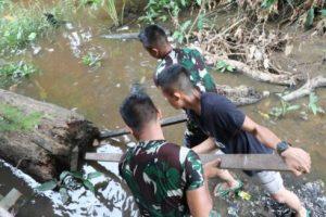 Satgas Bersihkan Selokan Warga Tirta Karya