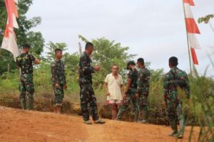 Satgas Kodim 1205 Sintanga Bersama Warga Pasang Umbul-Umbul