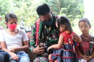 Disela Kegiatan TMMD, Kopda Riyan Sambut Keceriaan Anak-anak