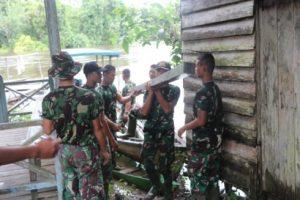 Satgas Gotong Royong Angkut Kayu Dalam TMMD 109 Sintang