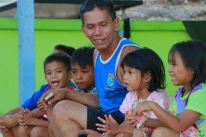 Keceriaan Anak-anak Bersama Satgas TMMD 109 Sintang