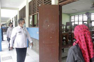 Bupati Sintang, Nyalakan PLN Perdana di Desa Tanjung Prada