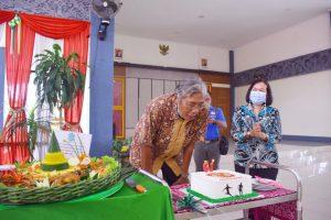 Sekda Berikan Kejutan Ulang Tahun Bupati Sintang ke 61